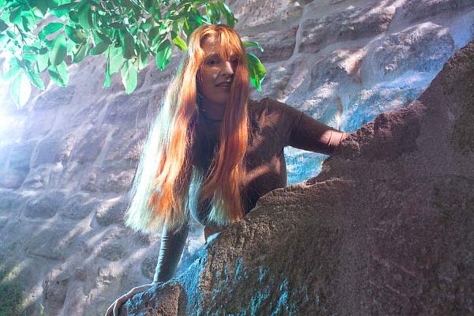 Mondkalender: Mähne dank Löwe: Jahrelang wünschte sich Karin Sams langes Haar. Doch erst seit sie nur zum Frisör geht, wenn der zunehmende Mond im Sternbild des Löwen steht, wachsen ihre Haare üppig genug