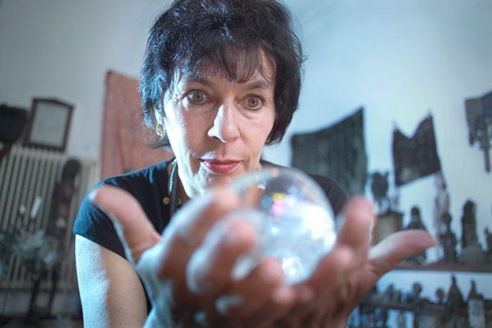 Mondkalender: Die Kraft der Kugel: Luisa Francia führt ein Doppelleben. Als ganz normale Steuerzahlerin - und als bekennende Hexe, die bei Vollmond um ein Feuer tanzt, um so die lunare Energie zu nutzen