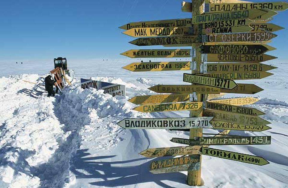 Der Wegweiser an der Flugpiste von Wostok erinnert die Besatzung daran, wie weit ihre Heimat entfernt ist