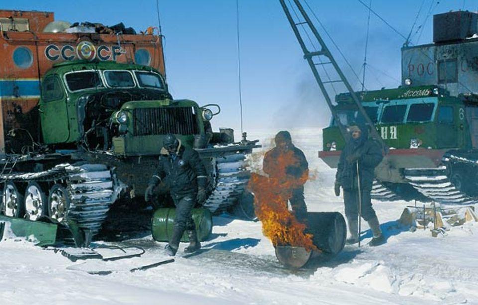 Um das Motoren-Öl fließfähig zu machen, wird es über offenem Feuer erhitzt