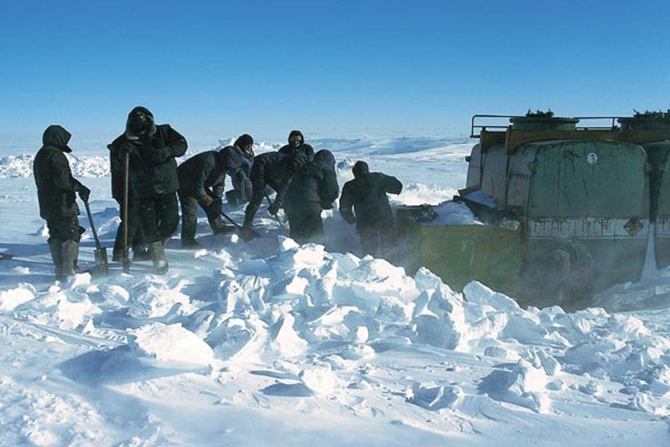 200 Kilometer hinter Mirny hat der Konvoi vom Vorjahr Tankschlitten abgestellt, die nun ausgegraben werden müssen