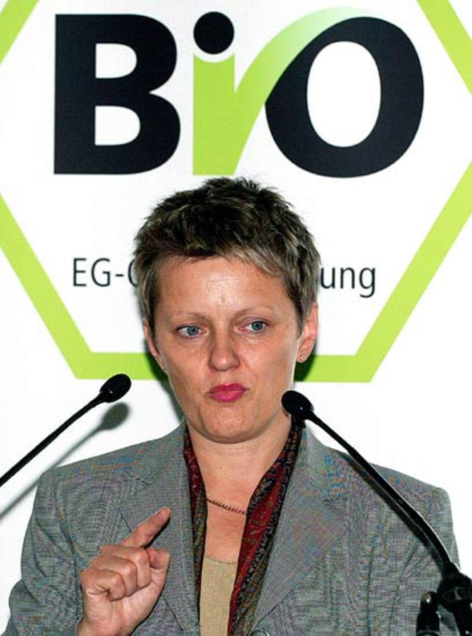 Die Verbraucherschutz-Ministerin Renate Künast. Im Hintergrund: Das europäische Bio-Siegel