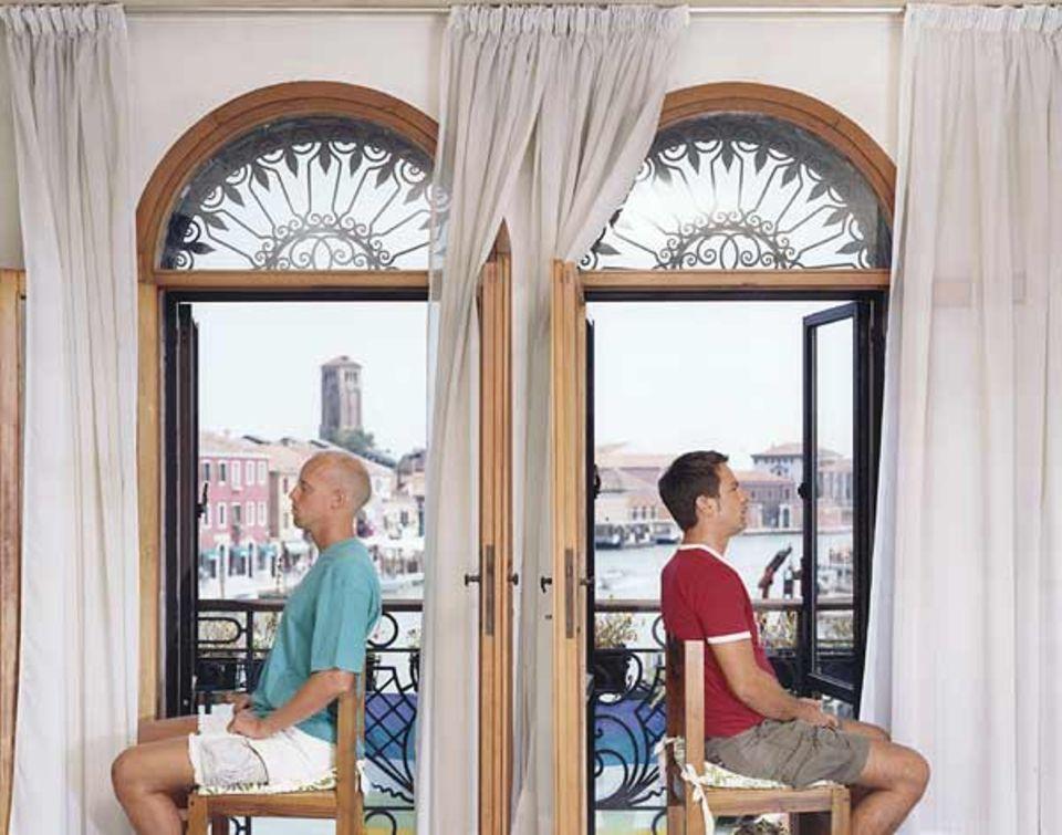 Die Kabarettisten Carlo & Giorgio, mit bürgerlichem Namen Carlo D'Alpaos und Giorgio Pustetto, wohnen auf Murano und blicken auf den Rio dei Vetrai
