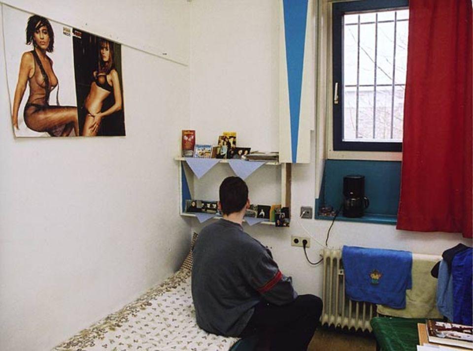 So sieht ein Zimmer in der Jugendanstalt Hameln aus. Viele Jugendliche sitzen hier wegen früherer Gewalttaten