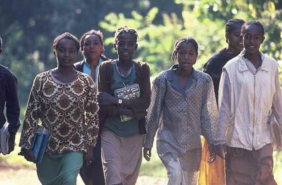 Auch Kifele (16, mit dem Buch vor der Brust) und ihre Freunde müssen jeden Tag zwei Stunden zur Schule laufen; andere sind sogar vier Stunden unterwegs