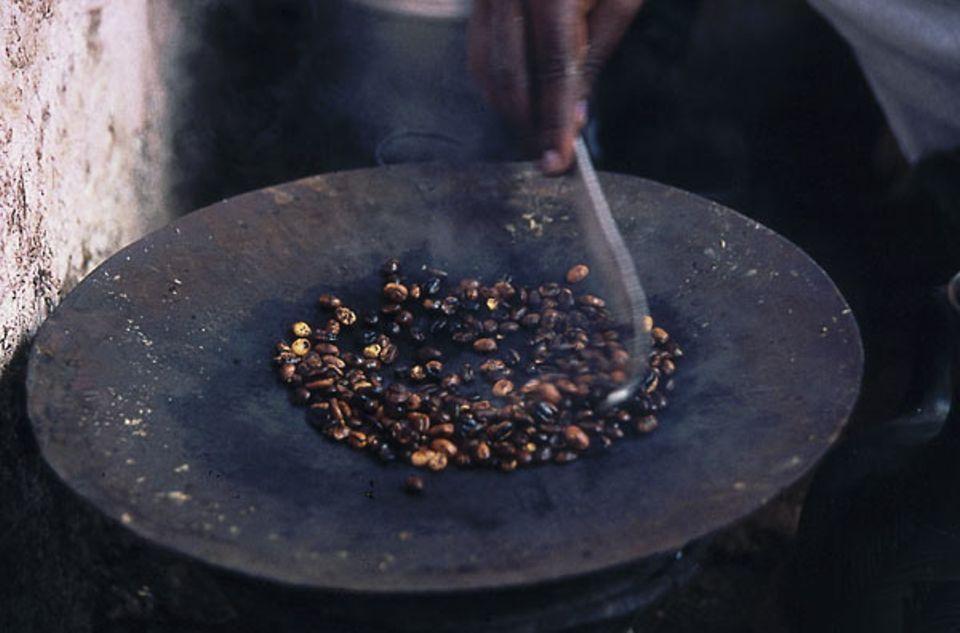 4: Die Bohnen werden auf Metallschalen geröstet
