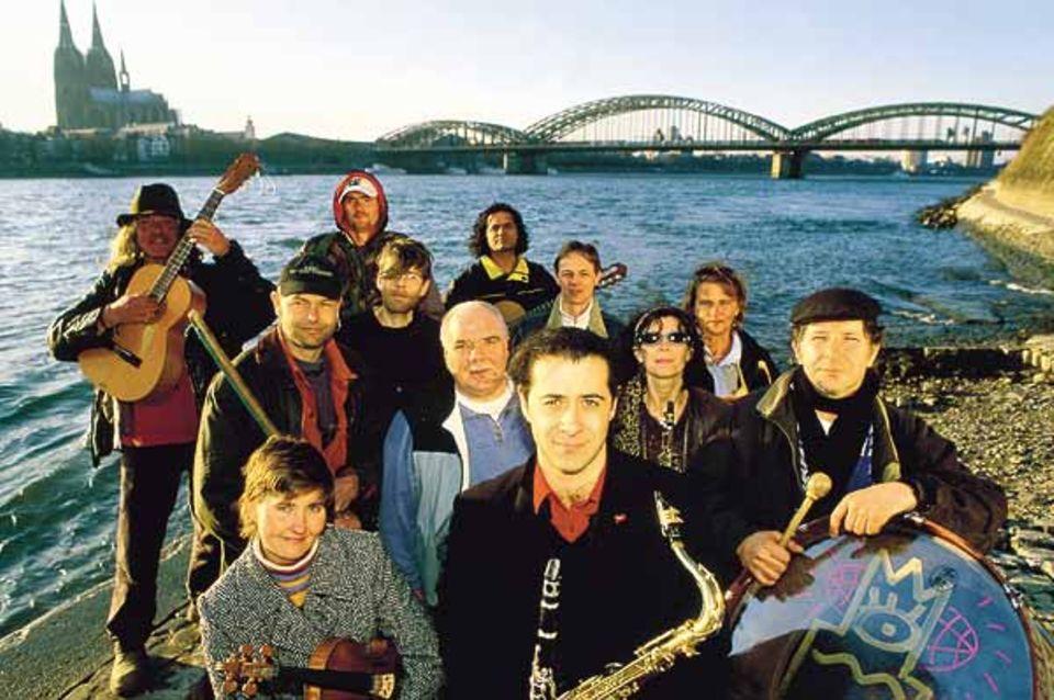 Mensch: Fast vollständig haben sich die Musiker am Rheinufer in Köln-Deutz versammelt. In der Mitte: Alessandro Palmitessa