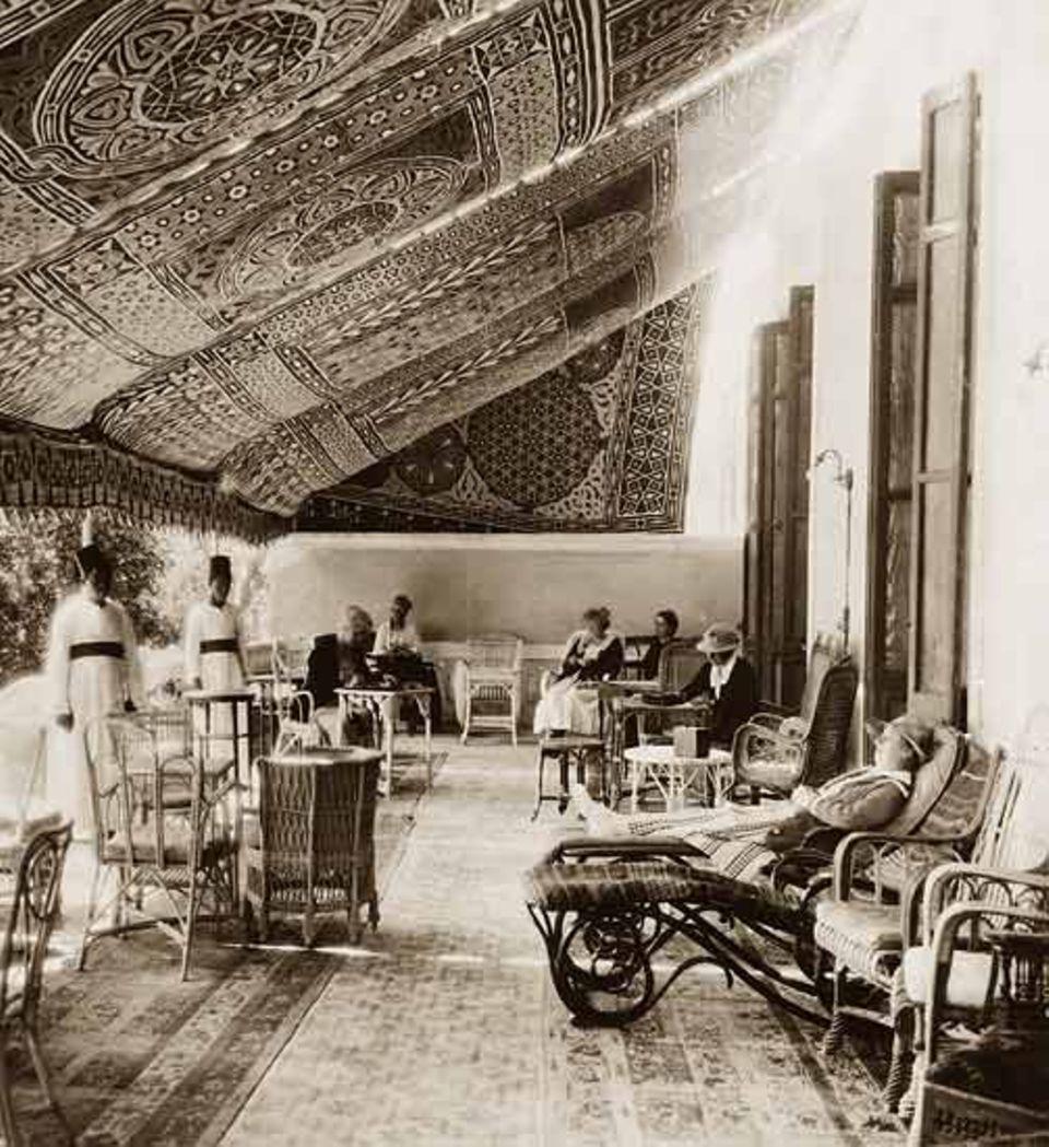 """Ladies' room 1910: Unter kostbaren Teppichen vertreiben sich die weiblichen Gäste des """"Grand Hotel d' Hélouan"""" in Kairo die Zeit"""
