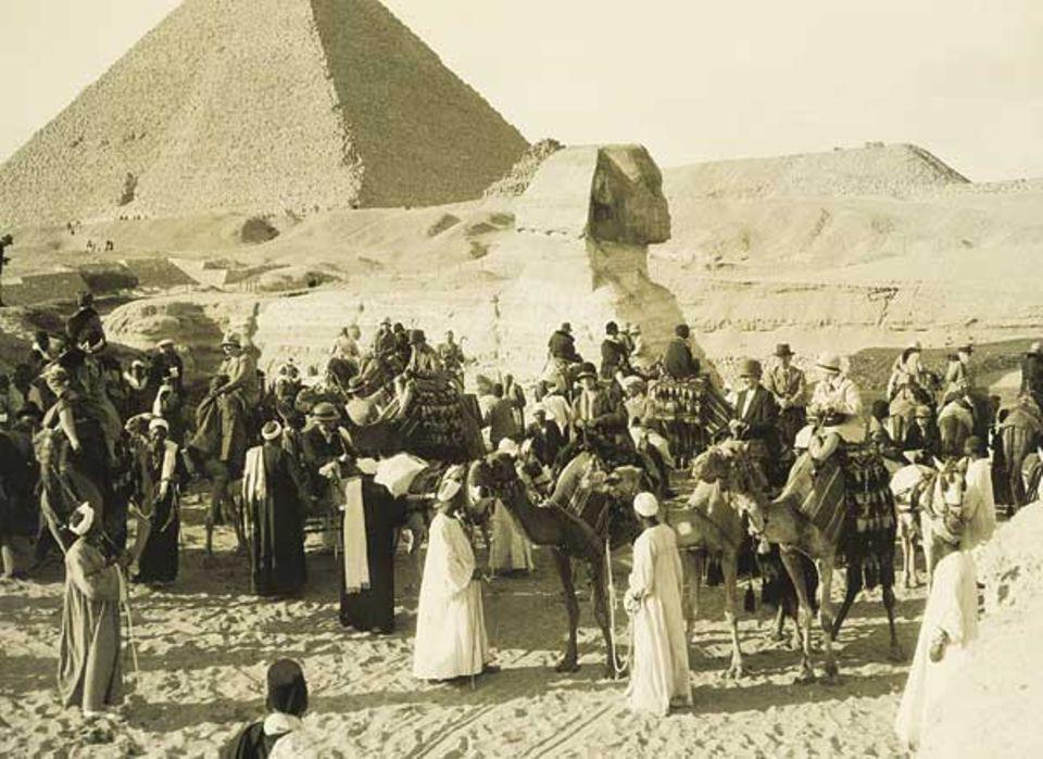 Touristenrummel in Gizeh um 1920. Die Beduinen vermieteten die Kamele und arbeiteten als Guides