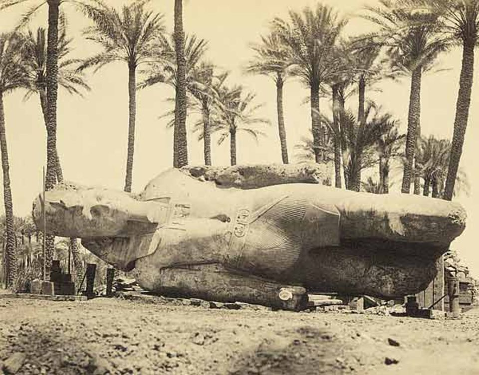 Gestürzter Herrscher: die schwer beschädigte Statue Ramses' II in Memphis, um 1880