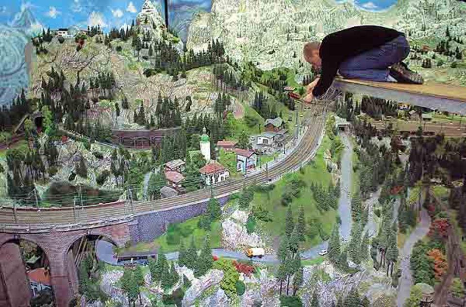Miniaturwunderland Hamburg: Nur über einen Steg gelangt Wölke von Thaden zu der Zahnradbahn, um sie zu reparieren. Jeden Tag tüftelt, schraubt und bastelt der 40-Jährige, damit alles funktioniert