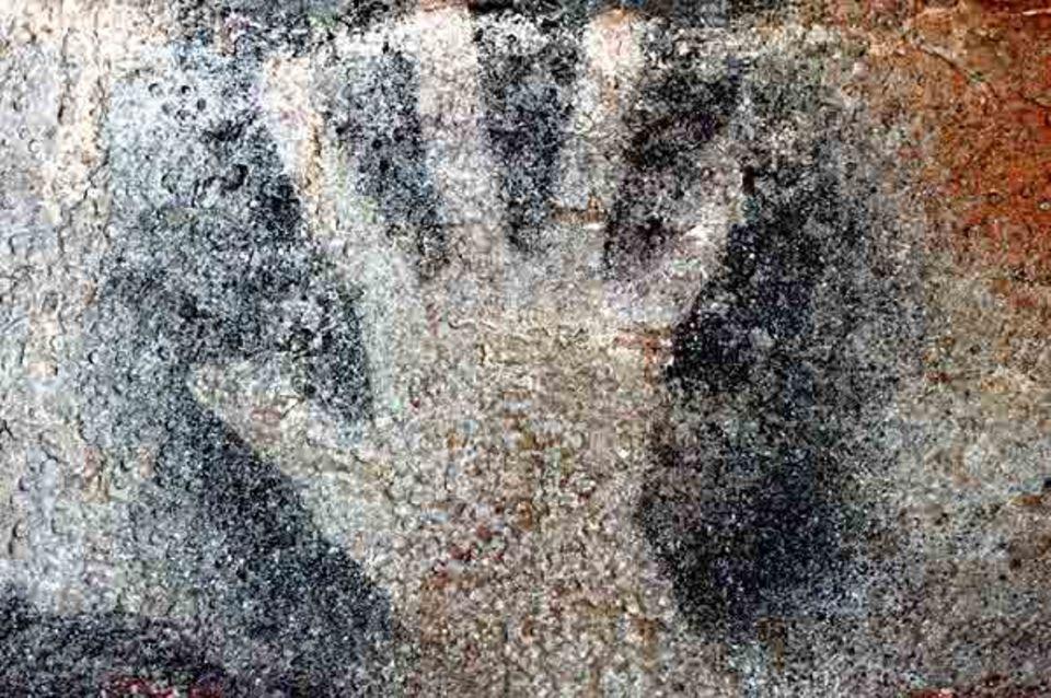Ein aufgesprühtes Handnegativ in der Höhle Pech-Merle (Südwest-Frankreich)