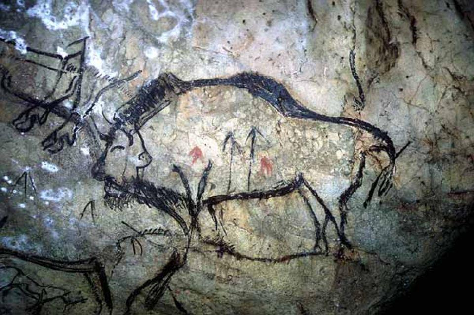 Ein Bison mit Pfeil-Zeichen und roter Farbe aus der Höhle Niaux (Südwest-Frankreich)
