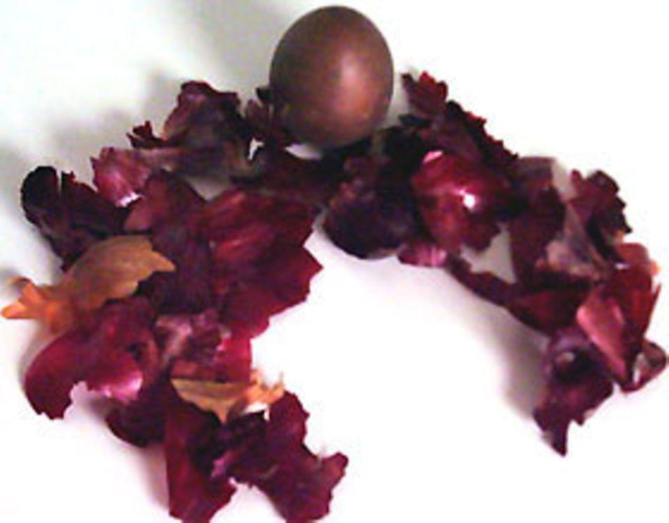 Basteln zu Ostern: Zwiebelschalen färben braune bis rötliche Farbtöne