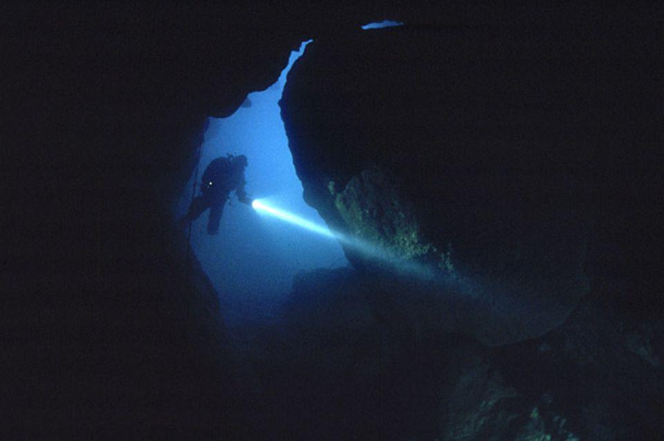 Auf dem Weg in die Tiefe behindert ein gigantischer Brocken aus der Felswand über der Quelle den Abstieg