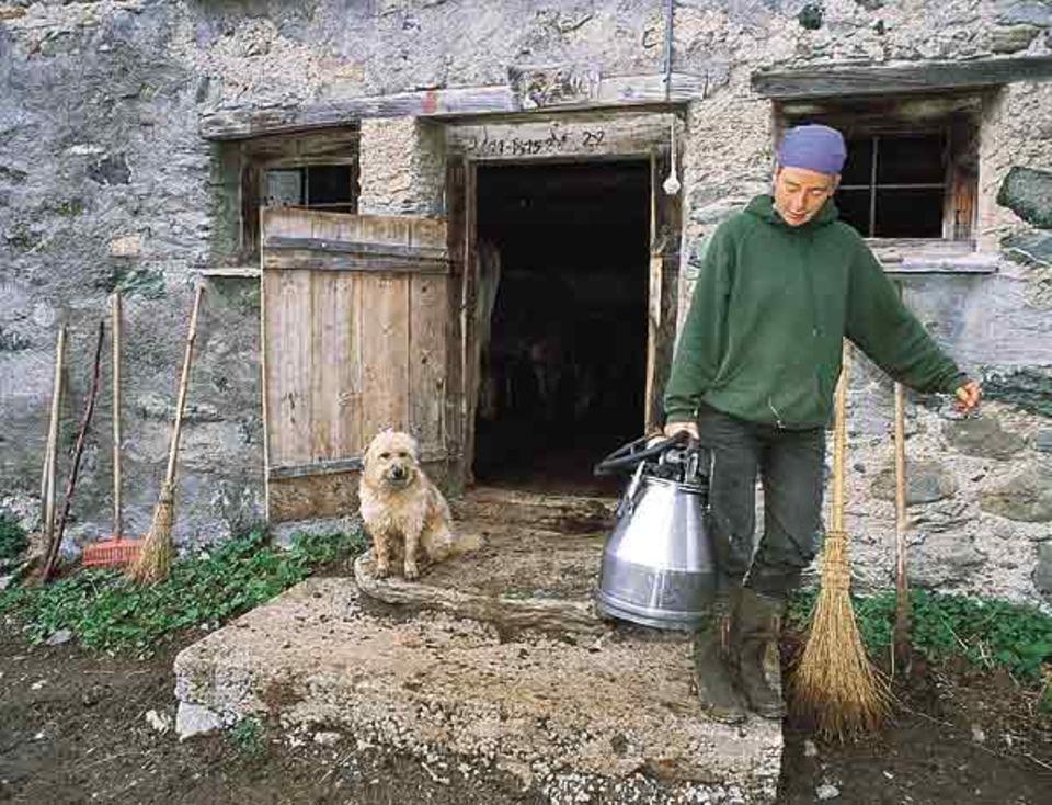 """""""Zusennin"""" Ulrike Langenbach muss nicht mit der Hand melken. Trotz ihrer Abgeschiedenheit haben die Häuser auf der Alp Stromanschluss."""