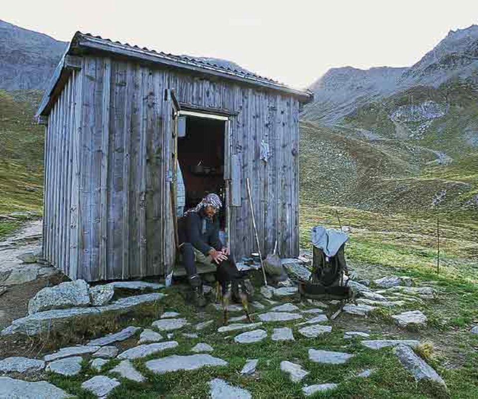 Auf der Suche nach wahrer Ruhe ist Roland Ott immer weiter in die Berge geflüchtet. Seine Herde treibt der Hirte bis auf 2400 Meter, wo er die Nächte in einer Holzhütte verbringt