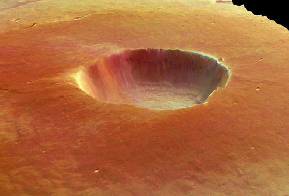 In die Caldera des Vulkans Albor-Tholus weht Staub, der die Mars-Oberfläche überall bedeckt