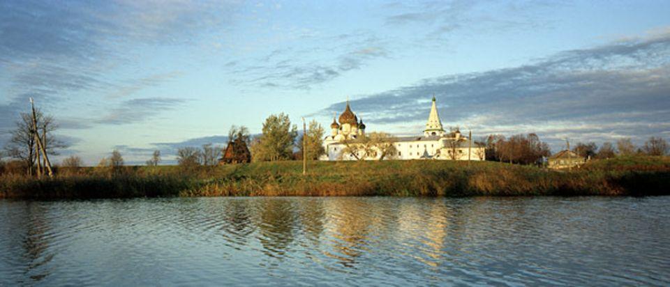 Der Fluss Kamenka, im Hintergund der Kreml von Suzdal