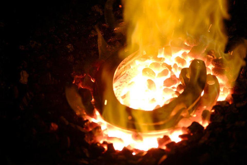 Beruf: Damit das Eisen geformt werden kann, muss es der Schmied im Ofen erhitzen