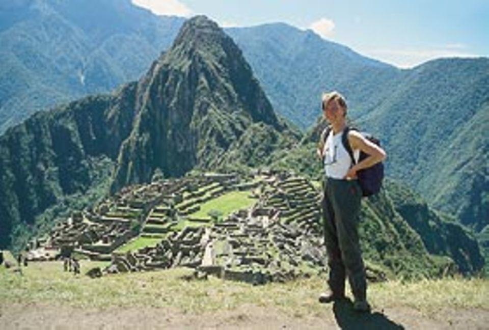 Hoch oben in den Anden: Angelika Albert vor der Inkastadt Machu Picchu