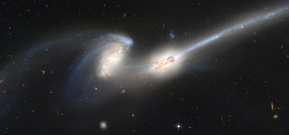 Eine Aufnahme des Hubble-Weltraumteleskops von zwei wechselwirkenden Galaxien