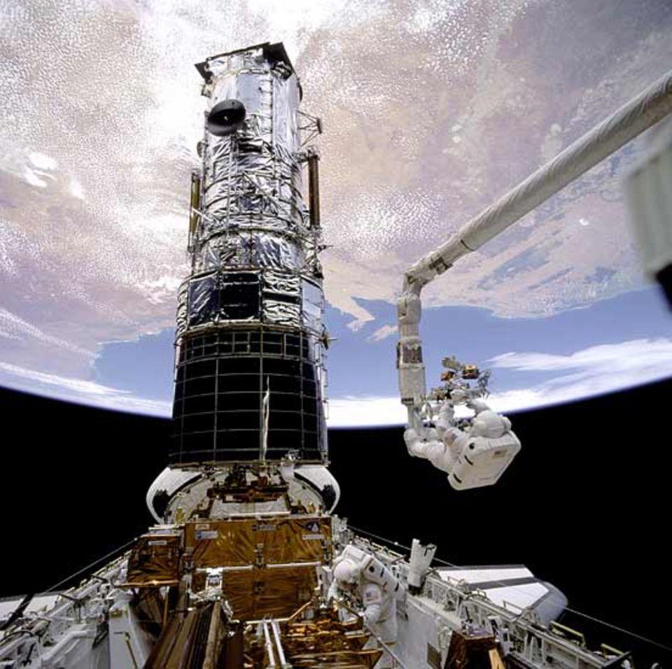 Beruf: Astronaut F. Story Musgrave bei der Arbeit am Hubble-Teleskop.