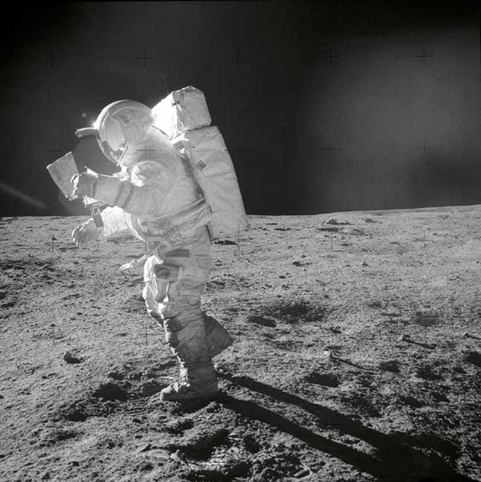 Beruf: Auf dem Mond bewegt sich Edgar D. Mitchell hier.