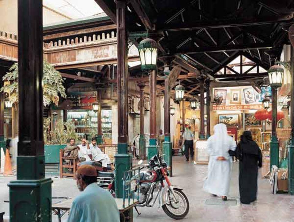 Die Marktläden in den engen Gassen von Deira begründeten von 100 Jahren Dubais Ruf als Handelsstadt