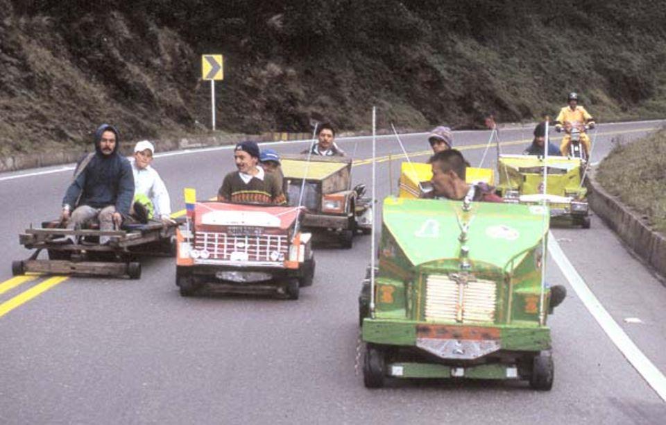Am Pass rast die Gruppe der Balineros die Línea hinab. Ihren Namen haben sie von den Kugellagern, den Balineras, auf denen ihre Karren rollen. Bis zu 80 Stundenkilometer können sie erreichen