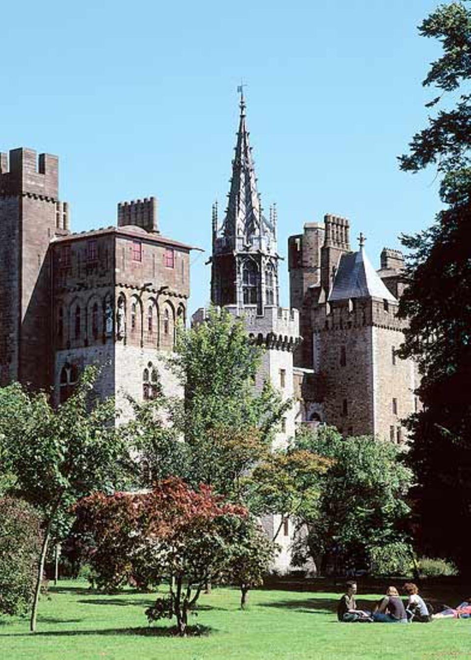 Cardiff Castle vom Bute Park aus gesehen