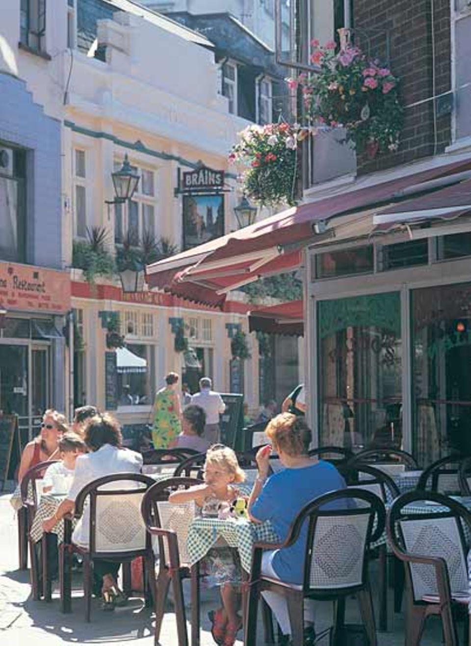Zu einer Pause zwischen Museumsbesuch und Stadtbummel laden Cafés in den zahlreichen malerischen Gassen der Innenstadt ein