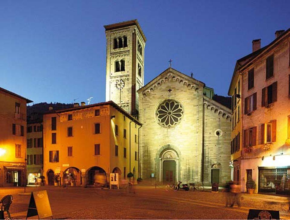 Comer See: Die Kirche San Fedele, die zwischen den Häusern der Stadt Como hervorragt, stammt aus dem 7. Jahrhundert