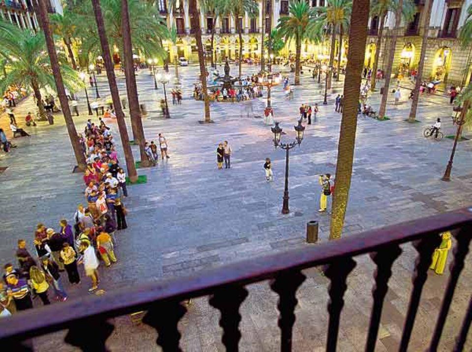 Die Plaça Reial, bei Tag ebenso beliebt wie im Licht der Gaudí-Laternen