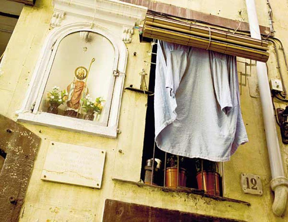 Der Heilige trotzt der Sonne mit dem Bischofsstab - Trockenzeit in der Altstadt