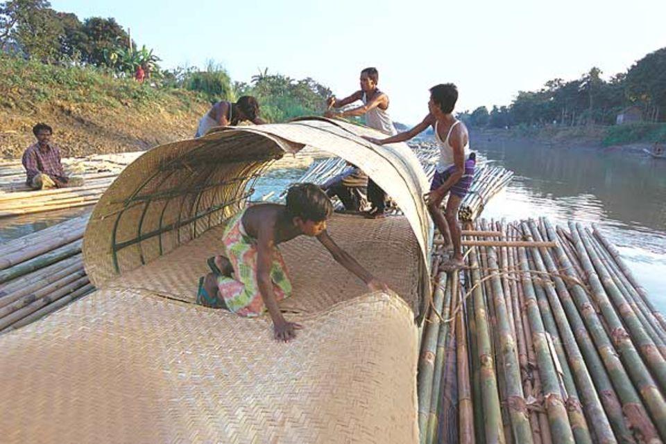 In der heißen Mittagssonne wollen die Flößer keinen Sonnenbrand bekommen. Sie bauen sich eine Schutzhütte aus Bambusmatten, die in Haruns Dorf geflochten werden.
