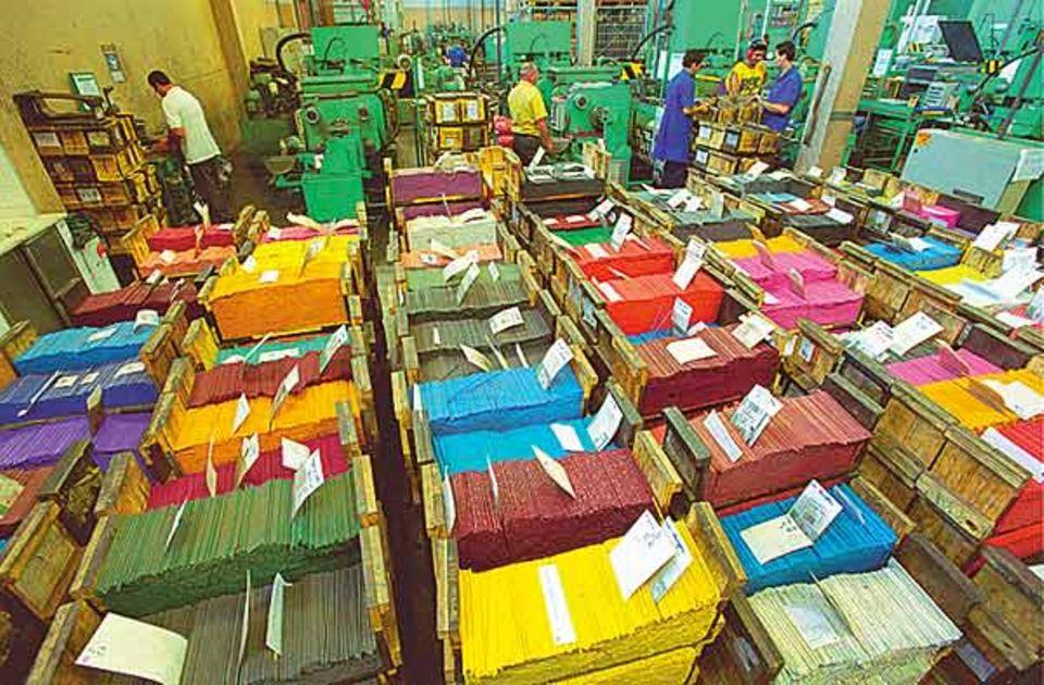 Produktion: Die fertigen Buntstiftminen werden stapelweise in Holzkisten sortiert - 90 verschiedene Farben werden produziert