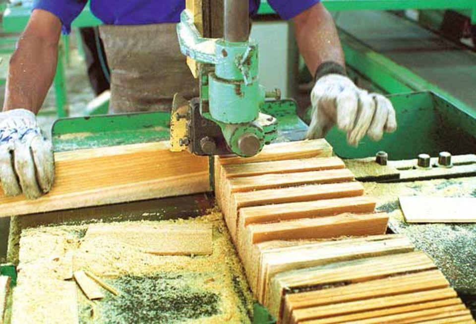 Produktion: Im Sägewerk geht es laut und staubig zu. Hier werden die rohen Baumstämme zugeschnitten: erst zu langen Brettern, dann zu Holzklötzchen in Buntstiftlänge
