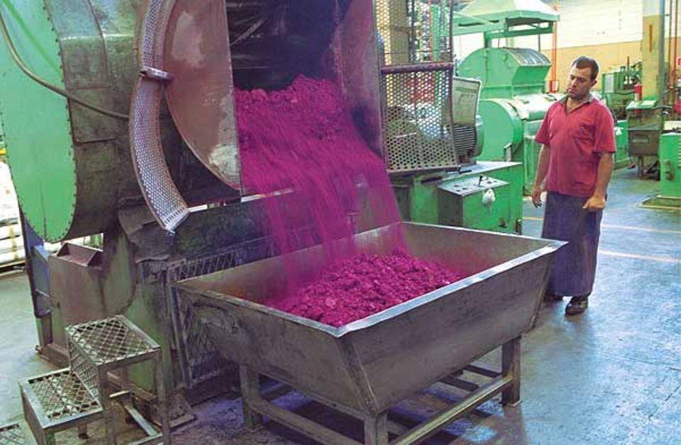 Produktion: In einer großen Tonne werden Ton, Farbteilchen und wachs gemischt. Nach acht Stunden kommt die bröselige Masse in einen Trog aus Metall und wird mit Wasser vermengt. Aus dieser Masse entstehen die bunten Stiftminen.