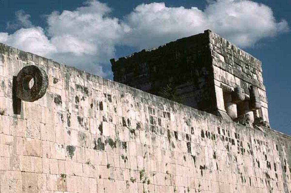 Geschichte der Maya: Durch diesen engen Steinring in sechs Meter Höhe mussten die Spieler den schweren Ball befördern