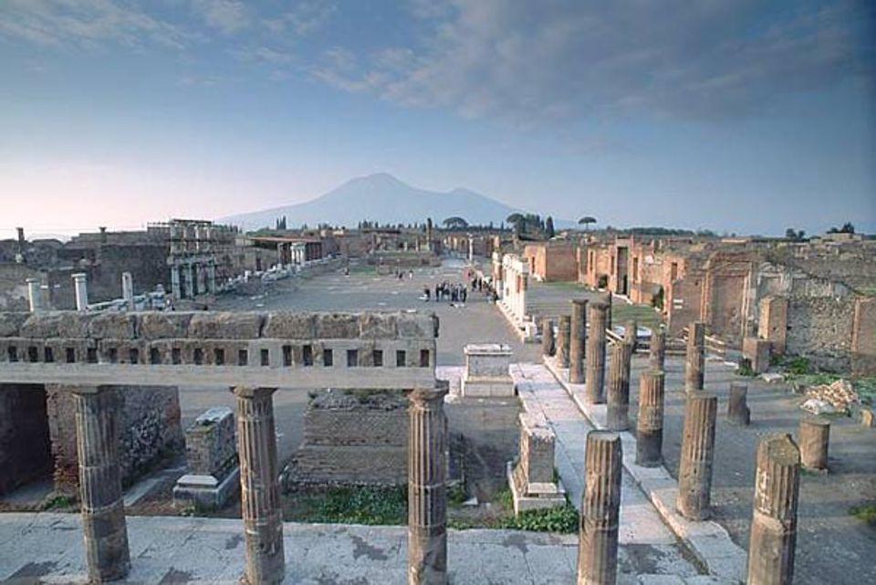 Pompeji: Das Forum von Pompeji. Als der Vesuv im Jahr 79 n. Chr. ausbrach begrub er die italienische Stadt unter einer meterhohen Schicht aus Asche und Gestein. Die Existenz von Pompeji geriet in Vergessenheit. Erst 1600 Jahre später wurden die Ruinen zufällig entdeckt. Die Ausgrabungen dauern bis heute an.
