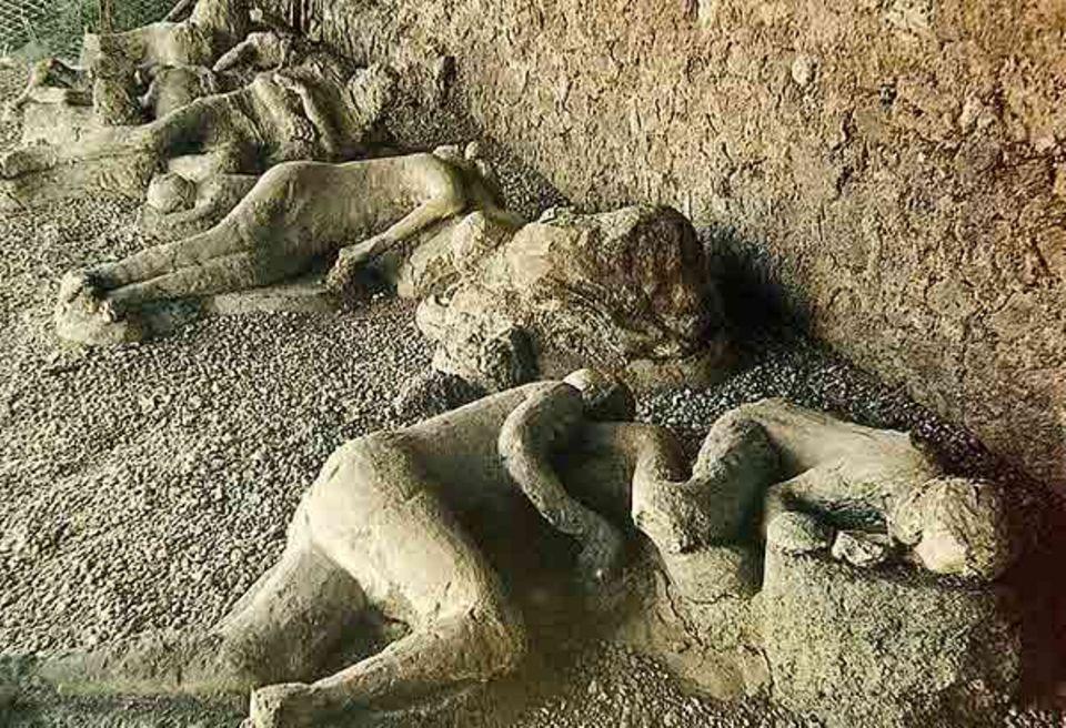 Pompeji: Die Bewohner von Pompeji wurden vom Ausbruch des Vulkans überrascht. Alles ging so schnell, dass kaum jemand fliehen konnte. Bei den Ausgrabungen fand man an den Stellen, wo die verschütteten Menschen lagen, Hohlräume in der gehärteten Asche. Die Hohlräume wurden mit Gips gefüllt. So entstanden diese Abbilder, die die letzten Momente der schutzsuchenden Menschen verewigen