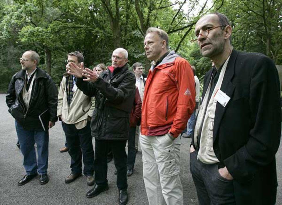 Der Technische Leiter des Berliner Grünflächenamtes a. D. führt den GEO-Chefredakteur Peter-Matthias Gaede (re.) und Bundesumweltminister Jürgen Trittin durch den Tiergarten