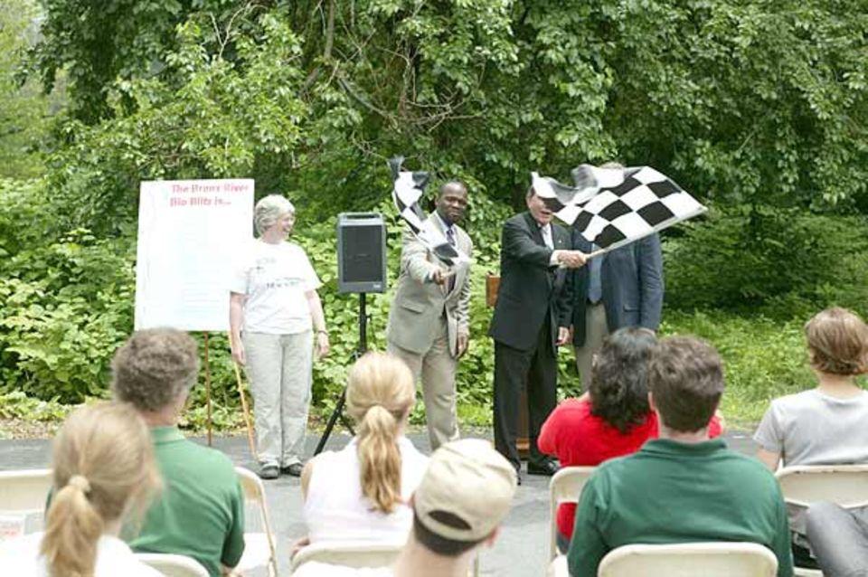 Start des Bio Blitz in in Westchester, Scout Field. Earl Brown (links) und County Executive Andy Spano, (NYC Parks Deputy) schwenken die Startflagge