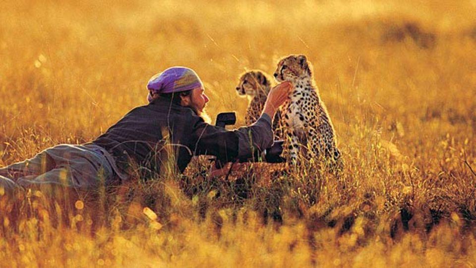 Fellpflege in der Serengeti: Matto Barfuss lebt mit Geparden