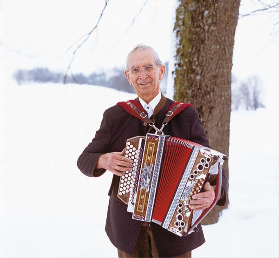 Franz Bauer hat das Liedgut des Bayerwaldes nicht nur gesammelt: Er beherrscht es auch mit Stimme und Ziehharmonika
