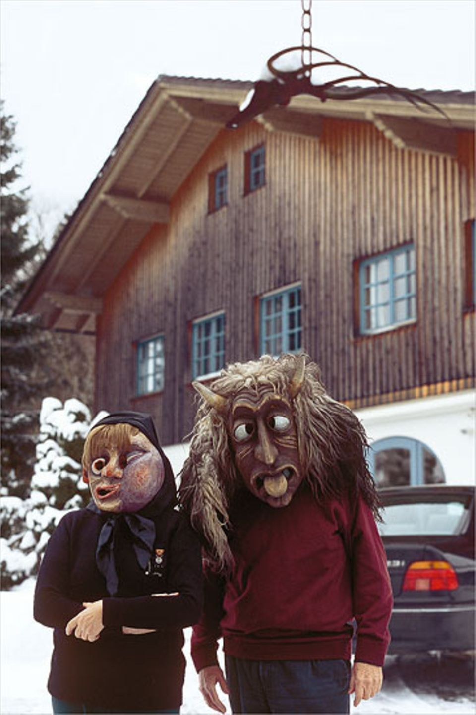 Rupert Berndl und seine Frau erschrecken die Waldler gern in traditionellen Rauhnacht-Masken