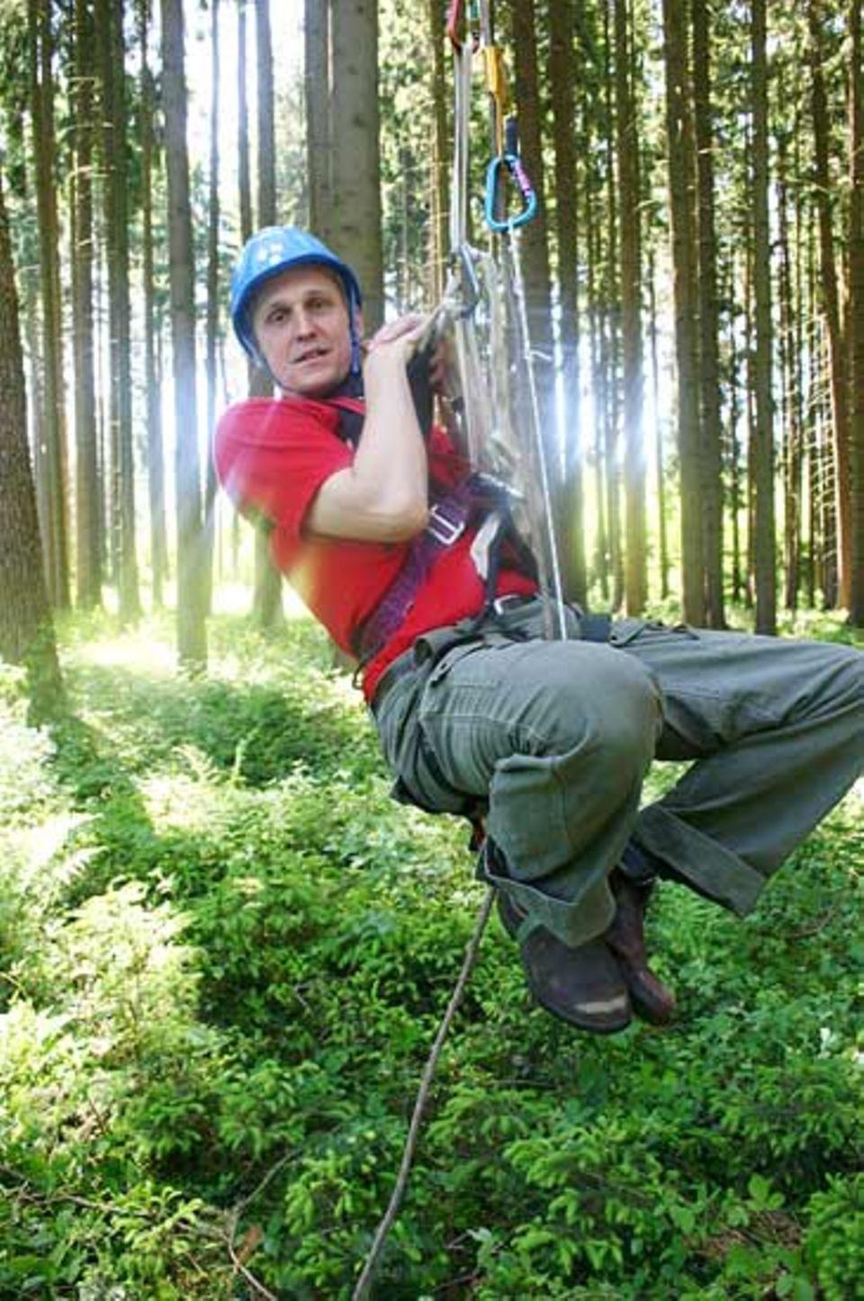 Ob das Seil auch sicher an einem starken Ast verankert ist, testet der Treeclimber Ulrich Simon erstmal in Bodennähe