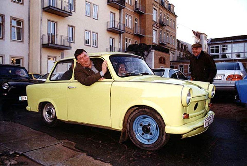 Gut zehn Jahre dauerte es in der DDR, bis ein Trabi endlich ausgeliefert wurde. Der Neupreis lag 1988 bei 12000 Mark der DDR