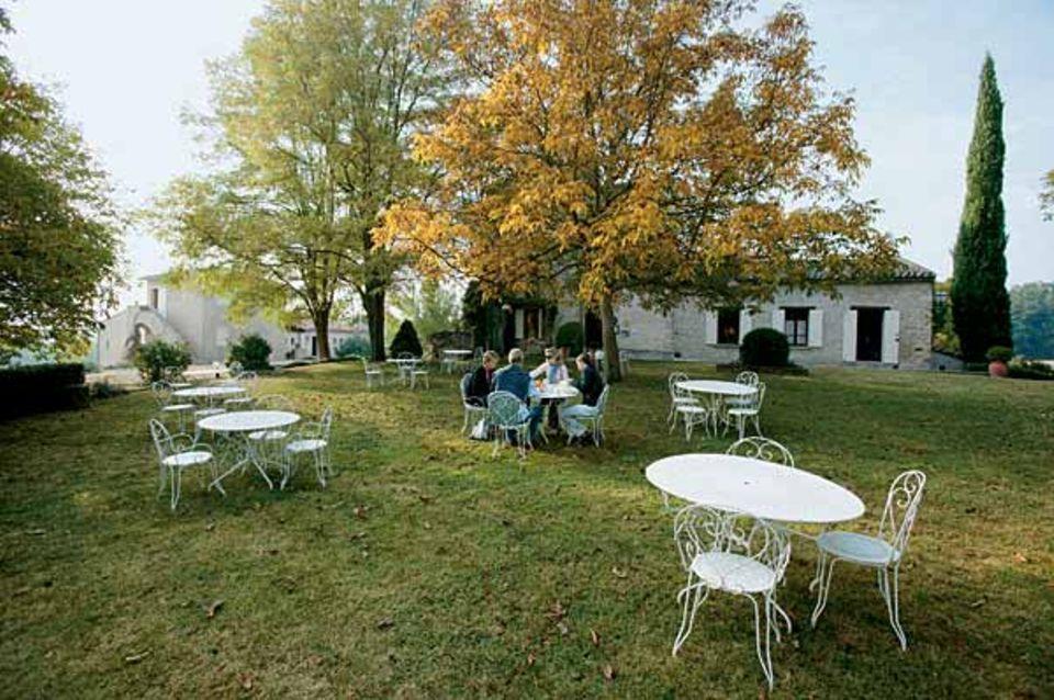 """Ausgangspunkt der Tour: das """"Hotel Charembeau"""" in Forcalquier, ein freundlicher Landgasthof mit Pool, Park und ..."""